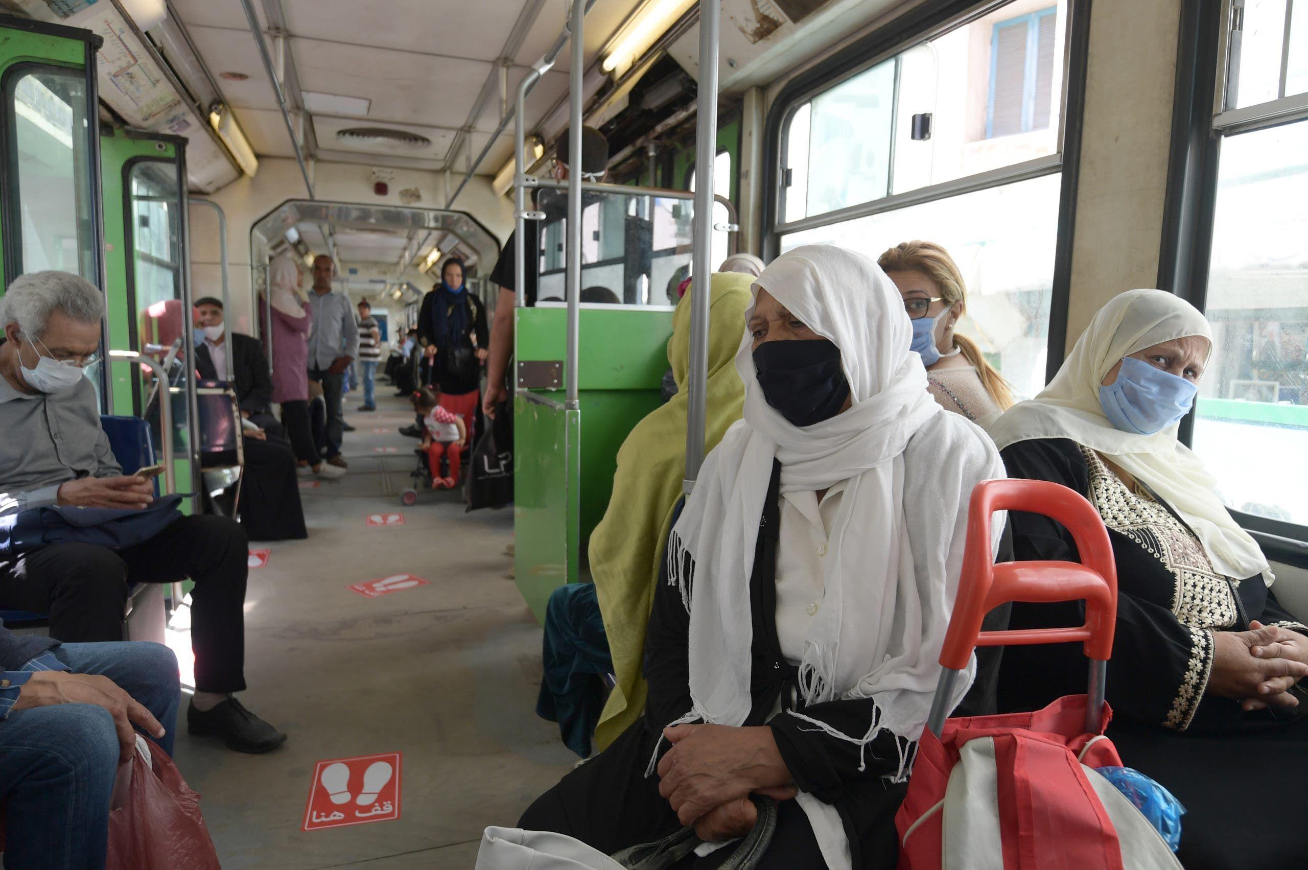 الراكبون في المواصلة العامة في تونس يلتزمون بلبس الكمامات