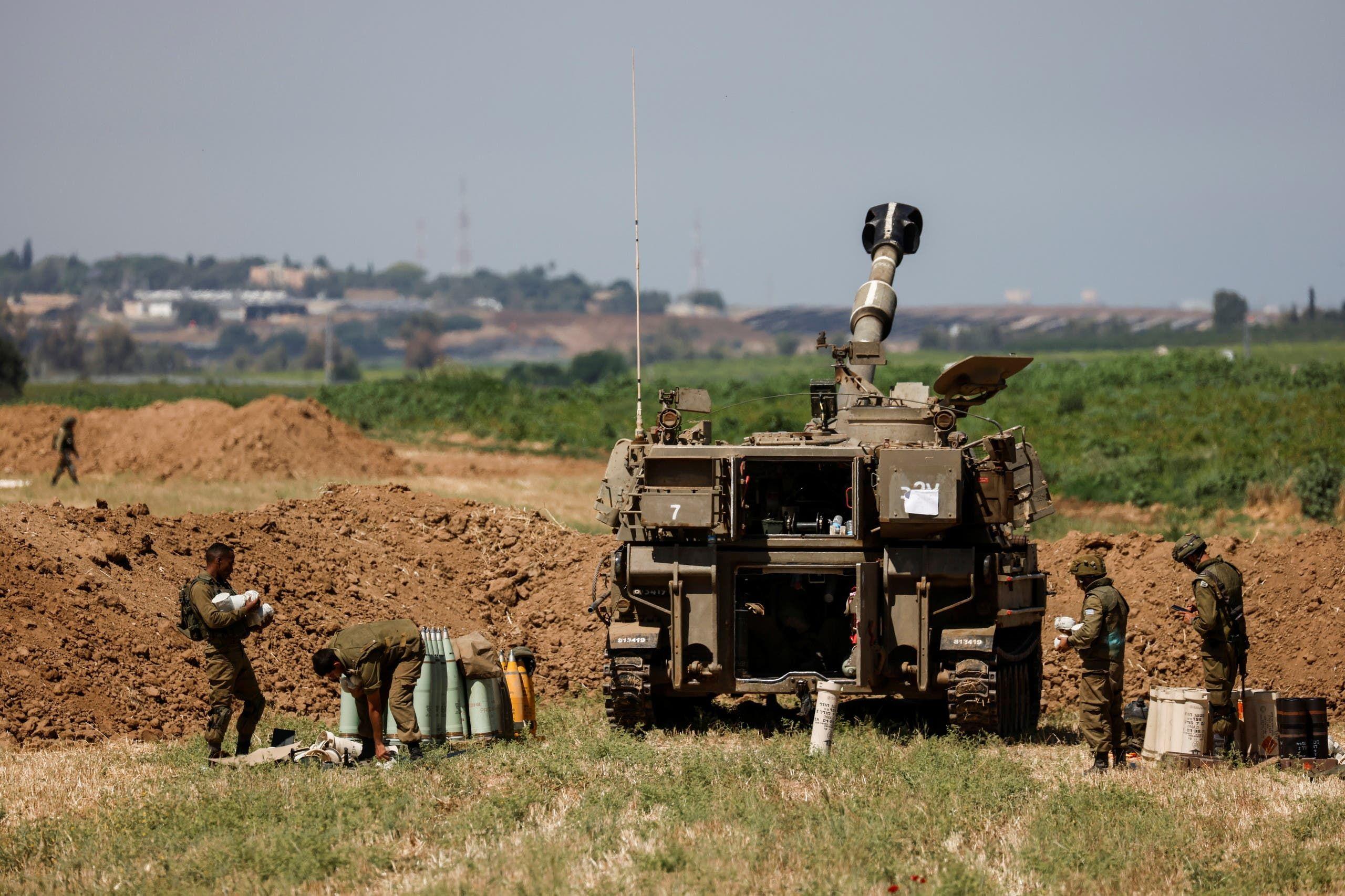 دبابة إسرائيلية على حدود قطاع غزة (رويترز)