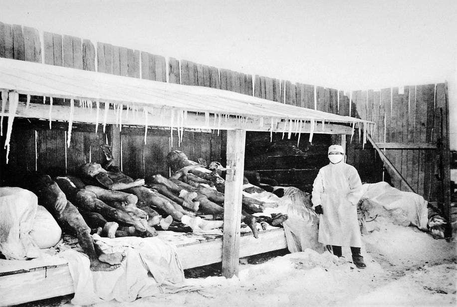 صورة لعدد من ضحايا الطاعون بمنشوريا عام 1907