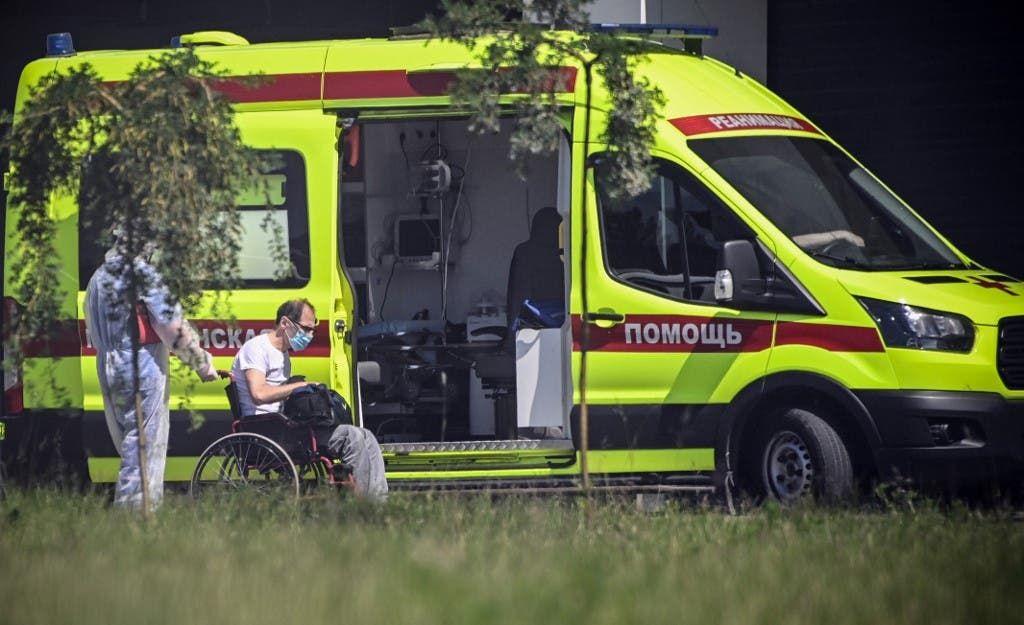 نقل مصاب بكوفيد 19 في موسكو - فرانس برس
