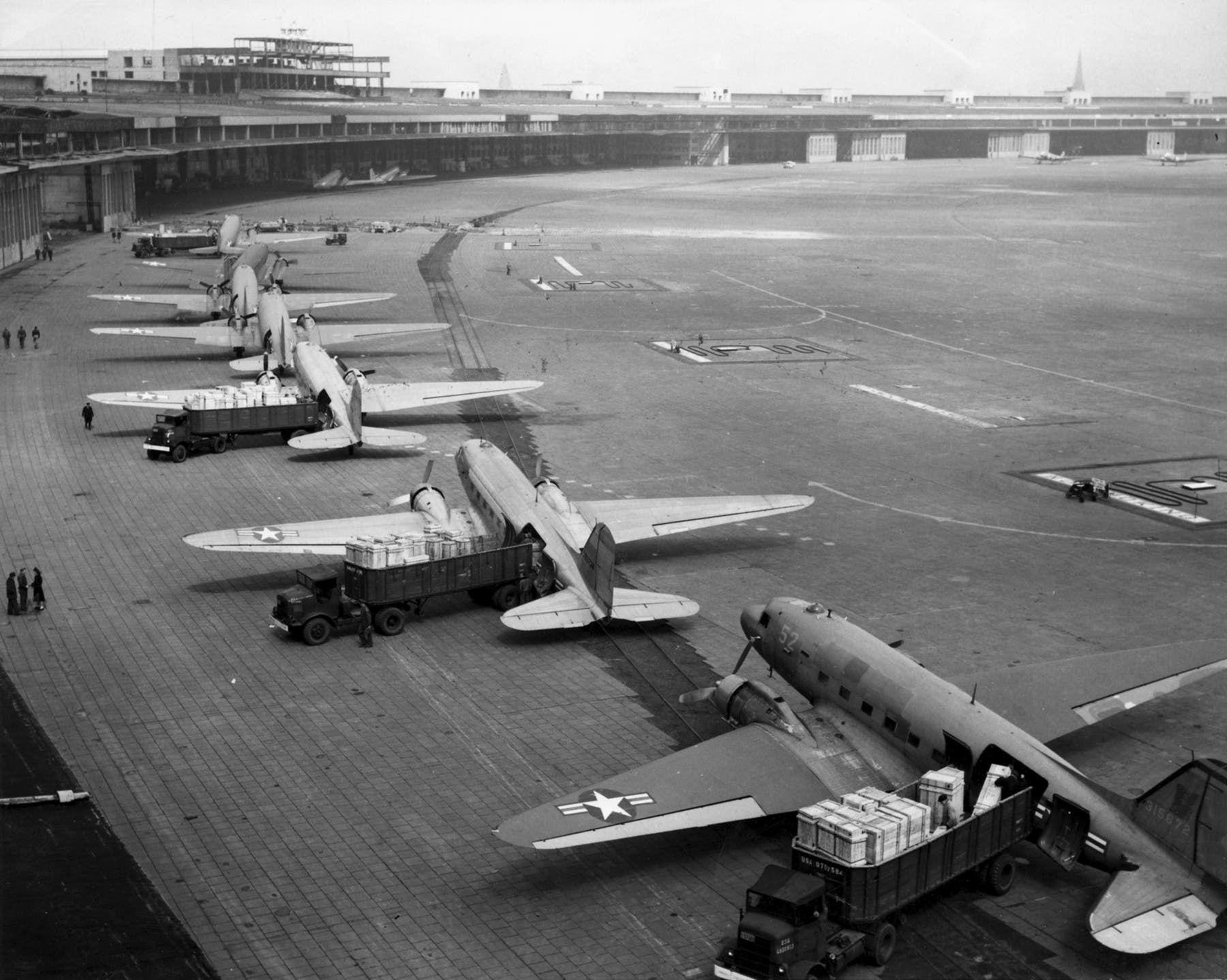 صورة لعدد من طائرات الإمدادات التي نقلت الغذاء لأهالي برلين