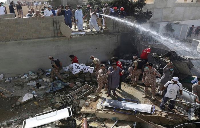 شاهد الصور المأسوية لسقوط الطائرة الباكستانية بحي سكني