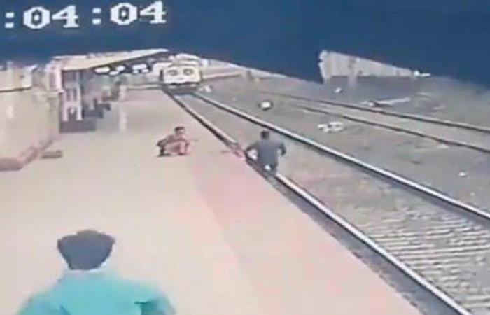 بلمح البصر كالبرق..هكذا أنقذ عامل هندي طفلا من موت محقق