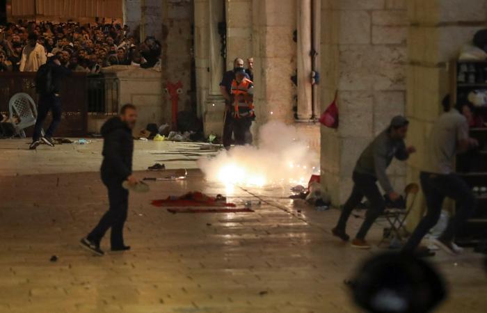 مواجهات داخل ساحات الأقصى.. توتر في القدس وواشنطن قلقة