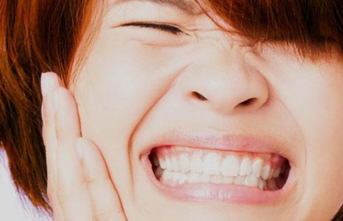 حساسية الأسنان.. لماذا تشعر بالألم من الأيس كريم والمشروبات الساخنة؟