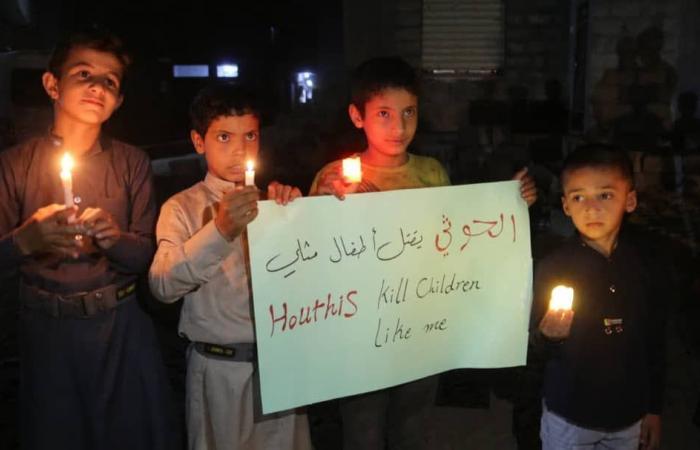 صور.. وقفة بالشموع لأطفال مأرب أمام منزل ليان ضحية مجزرة الوقود الحوثية