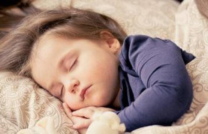 كيف تساعدى طفلك على النوم الجيد بمفرده؟.. استراتيجية الانسحاب البطىء الحل