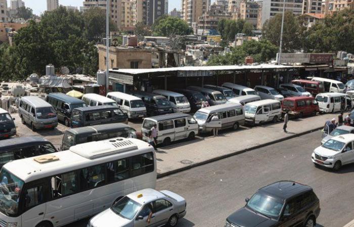 اعتصام لأصحاب الباصات والفانات عند جسر البالما